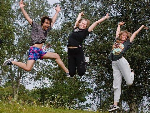 – Det er viktig å heie på de unge, sier Alexander Rybak hoppende glad med  Solem (19) og Ina Grotnes (16).