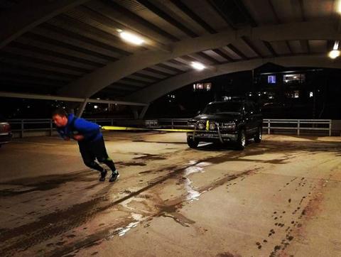 Trekk: Her trener Pareli Mortensen på biltrekk som er en Strongman-øvelse.