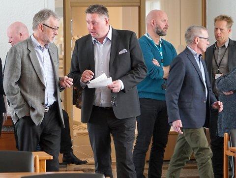 Etter et kortmøte på bakrommet, løste floken om Ballangen Utvikling seg i dagens møte i fellesnemnda. F.v.: Tor Asgeir Johansen, (delvis skjult), Per Kristian Armtzen og Rune Edvardsen.