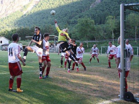 Dirdals keeper Kato Maudal Gilje (gul trøye) leverte sammen med sine lagkamerater en god, spennende og ikke minst underholdende kamp på Dirdal stadion.