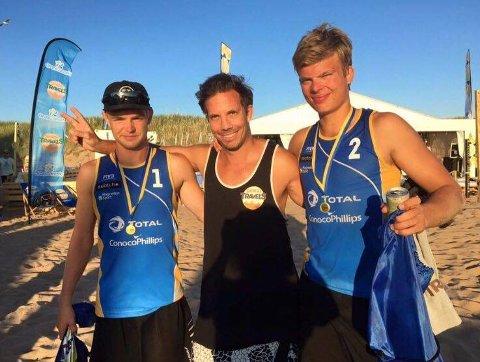 Emil Øfstaas (til høyre) deltar denne uka på NM sammen til Oscar Sæther (til venstre). Her sammen med coach Martin Envik.