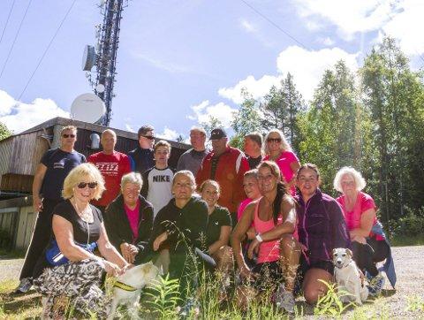 Til topps: 18 glade vandrere (to av dem på fire bein), på toppen av Holtberget. Å være en gruppe gjør det lettere å komme seg ut.