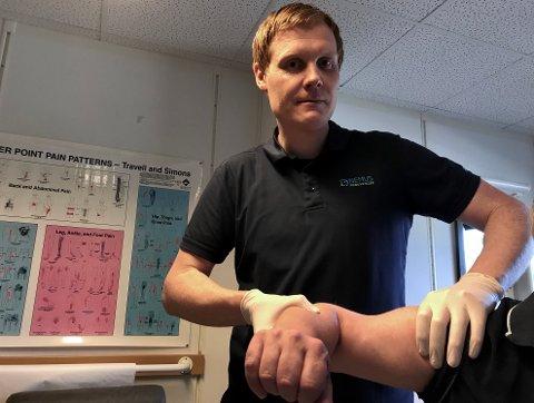 GJENÅPNET: – En fullpakket dag med  pasienter på rekke og rad, sier fysioterapeut Magnus Bergersen. Dette var den første dagen Nemus Kongsvinger var gjenåpnet etter fem ukers stengning.