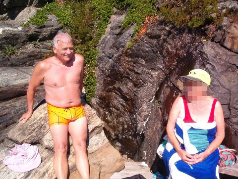STURLA OG MOR: Bildet er tatt i 2005 på badeplassen ved Minndalen i Risør. Her har den spreke 80-åringen nettopp vært på svømmetur. At moren led av demenssykdom, tok det lang tid før noen av søsknene skjønte.