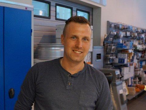 NYANSATT: Austris Taurins, som har bodd og jobbet her i Norge mer eller mindre siden 2009, er ny kundemottaker og garantisansvarlig hos Mohagen bil.