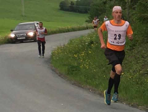 Emil Solan Gorset (startnummer 29) i fint driv, med Mikkel Berg (startnummer 34) jagende etter.