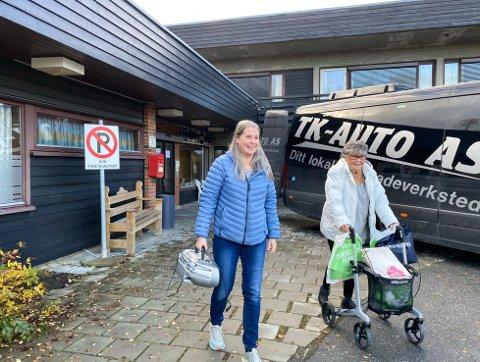 ET KAPITTEL OVER: Her går Anny Bruvold (82) og datteren Laila ut av sykehjemmet på Kalvsjø for siste gang. Nå skal Anny flytte til det nye sykehjemmet på Harestua.