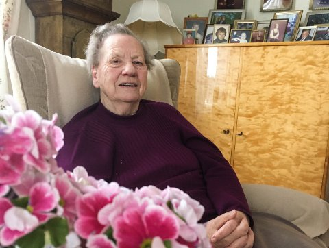 Nora Kittelsrud i stua si i Vestre Gran. Hun leser mange aviser hver dag og følger godt med i det som skjer i bygda. Hun vil dele et barndomsminne fra året hun var 10 år med Hadelands lesere.
