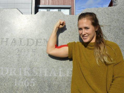 STAAL-JENTA: Malene Staal har alltid vært sterk. Nå har hun også blitt lagets playmaker. Hun kjenner at hun har tatt nye steg på laget denne sesongen. Håndball er også en fysisk krevende sport. Å gå med tape både her og der er en del av hverdagen.