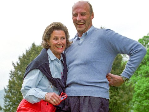 Kong Harald og dronning Sonja rusler sammen i skogen på Skaugum 15. mai 1993. (Bildene tatt i forbindelse med kongeparets forestående sølvbryllup.)