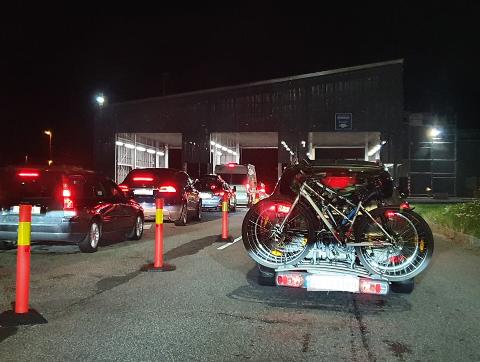 TO AV TRE: Slik så det ut på Svinesund tollsted lørdag kveld. Politiet oppbemannet før helgen, men benytter kun to av tre kontrollsluser.