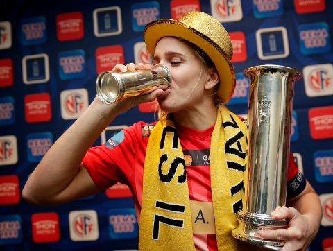DET SMAKTE GODT: Etter tre sesonger i Avaldsnes og mye sølv kunne Elise Thorsnes endelig juble for gull etter cupfinalen i 2017.
