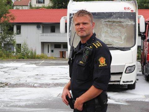 BEGYNNER I NY JOBB: Fredrik Alvestad kommer fra stillingen som avsnittsleder for hundetjenesten. Her fotografert etter en bobilbrann på Karmøy i fjor sommer.