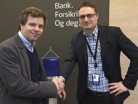 NY JOBB: Ben Andre Graven blir ny finansrådgiver i Sparebank 1 Brønnøysund. Han ønskes velkommen av Banksjef  Øyvind Løvdahl (t.h.)