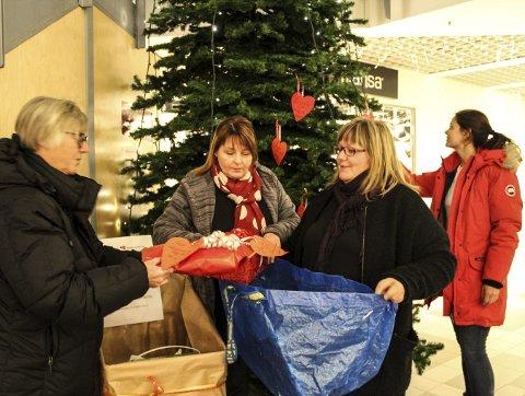 Henter gaver: fv. Asbjørg Sande, Hege Kristin Johansen og Ranveig Lauritzen pakker med seg gaver mens Jeanette Haugland ser på ønskene på treet. foto: benedicte wærstad