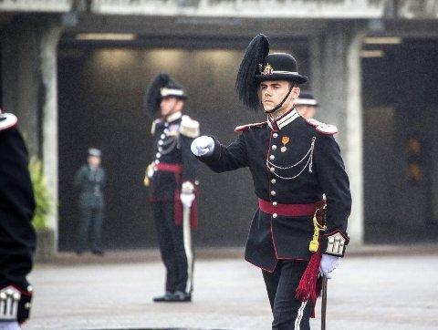 Beste befal: Even Husby fra Grane fikk fredag prisen for årets beste befal, brigader Leif Schanches æresbevisning, i form av en sabel. Foto: Forsvaret