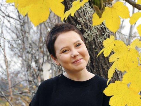 Ny vår: Vanja Helen Olsen Adreassen (22) puster godt med de nye lungene, og selv om livet fremdeles byr på utrfordringer for krigeren, er hun intet mindre enn et medisinsk under. Dette bildet ble tatt i oktober, da lauvet var gult. Det er ei farge Vanja tåler, fordi livet har vist rødt så mange ganger.