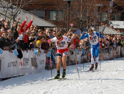 Johannes Høsflot Klæbo brukte siste runde i finalen på å sprenge feltet og gå fra Erik Silfver. Foto: Per Vikan