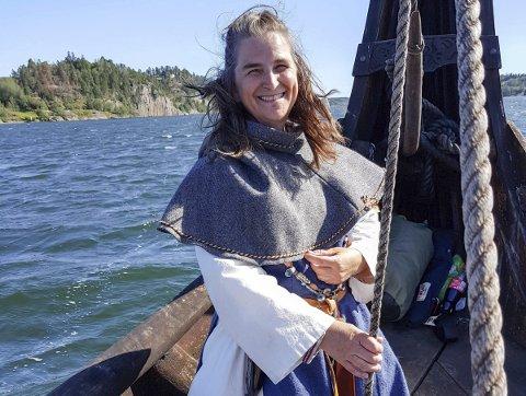 VIKING: Kjersti Marken er viking en periode hvert år. Her er hun ombord på Saga Oseberg. Skipet er en arkeologisk replika av Oseberg-skipet. – Verdens vakreste skip etter min mening, sier hun. Foto: Privat