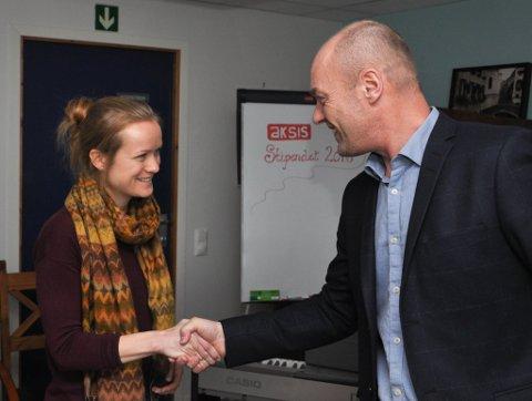 Direktør Steinar Kalrstrøm i Aksis delte tursdag ut Aksis-stipendet 2016 på Miabutikken i Alta til Marianne Haugvik Hodne og integreringsarbeidet i Alta.