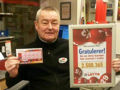 KOMMISJONÆR: Butikkeier Ove Hætta i  Máze er kommisjonær for Norsk Tipping, og viser her beviset på at en av hans kunder vant 2,5 millioner kroner i Lotto nylig.