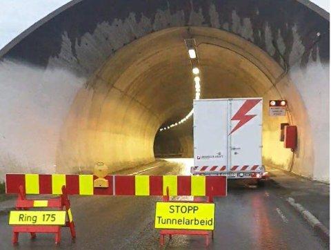 IGNORERER: Mange sjåfører ignorerer denne sperringen ved Vardøtunnelen. Ifølge entreprenørene som driver med arbeid i tunnelen, er det lokalbefolkningen som er verst.