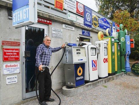STOR SAMLING: Terje Bjørklund har en imponerende bensinstasjon med mye historie. Den vekket stor interesse under A-Ford treffet i høst. Alle foto: Bodil Stigen Dammerud