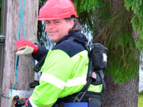 Montør Bjørn-Ingar Sønsthagen har hatt en lang dag, men holder lett humøret oppe.