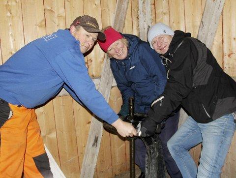 Skrur igjen luka: Helge Holmen, Trine Steen og Geir Rysjedal skrur igjen luka til demningen med felles innsats. – Dette er virkelig stort, sier Geir Rysjedal. Alle foto: Pål Nordby