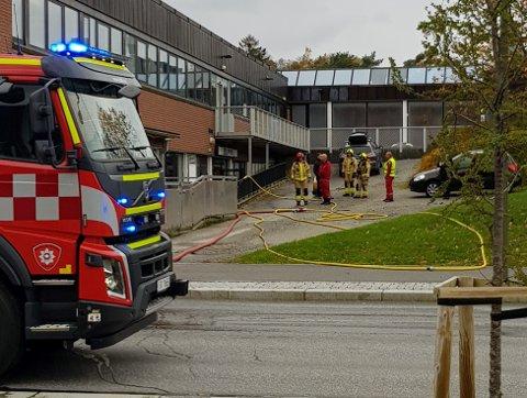 Naudetatane rykte ut til solstudioet på Husnes laurdag ettermiddag. Politiet trur brannen kan ha vore påtend. (Foto: Arve Rødland).