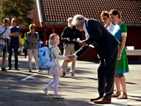 INGEN HÅNDHILSING I ÅR: Rektor på Gamlegrendåsen skole, Ola Øvergaard, skal ta imot mange nye førsteklassinger på mandag. I år får han ikke håndhilse på elevene. Bildet er fra et tidligere år.