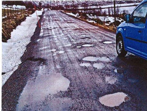 POLLVEIEN: Dette var forsiden på rapporten som Borgfjord og Omegn Grendelag sendte fylkeskommunen i 2009. Nå avgjør Statens vegvesen om veien får penger til asfalt.