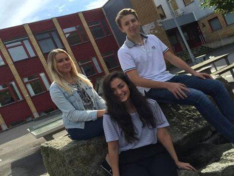 Marie Veland(16) (fra venstre), Elif Kivrak (17) og Magnus Fæste Slettom (17), er tre elever som går studiespesialiserende i 2. klasse på Malakoff videregående skole. De er alle tre som ungdommer flest. Bryr seg om hva de har på, og går med. At det skal se bra ut, og passe sammen.