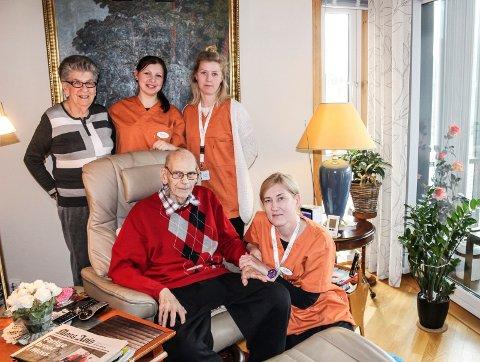 GOD HJELP: Arild og Grethe Johannessen får hjemmesykepleie fra Orange Helse, gjennom fritt brukervalg. Her sammen med sykepleierne  Jurgita Blazeviciené (foran), Marija Zubok og Marianne Fredriksen.