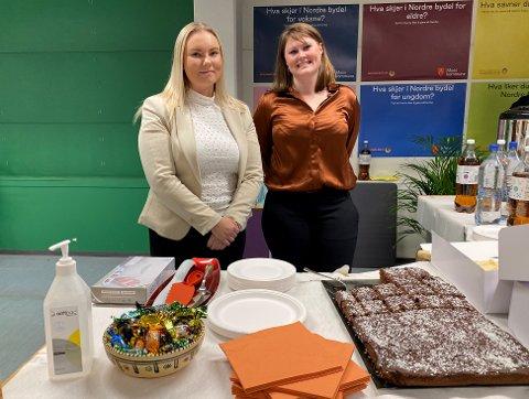 MOSS KOMMUNE: Praktikant Emilie Jenssen og advokat Nathalie Brinkmann sto for serveringen under åpningen: – I dag serverer vi kake, sier Nathalie.