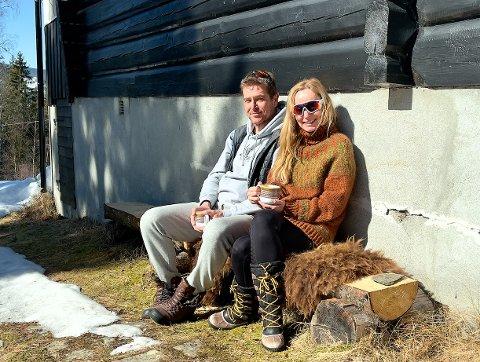 KJØPTE HYTTE: Tor-Gunnar Skibakk (51) og Lena Hoftvedt (51) er blant mange som sikret seg hytte i fjor. De er godt fornøyde med enkel standard.  Alt jeg ikke kunne tenke meg å gjøre hjemme, er koselig på hytta! sier Lena. Foto: Privat