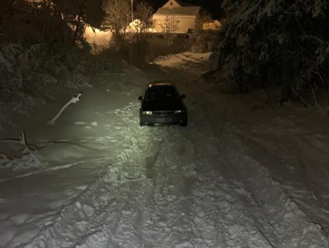 Bom stopp: Her står bilen, bom fast i snøen.