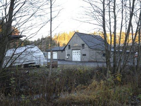 OMSTRIDT: Her i Nordstrandveien 127 har det vært næringsvirksomhet i årevis, men tomten som grenser til både E6 og Ljanselva er regulert til friomåde. Arkivfoto: Nina Schyberg Olsen