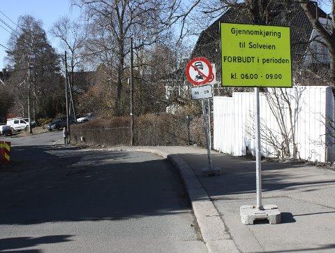 STENGT ved Kastellveien: Bymiljøetaten har gjort nye grep for å hindre at bilistene kommer seg inn på bomstengte Solveien i rushtiden. Dette skiltet står ved trikkeholdeplassen på Kastellet. FOTO: Aina Moberg