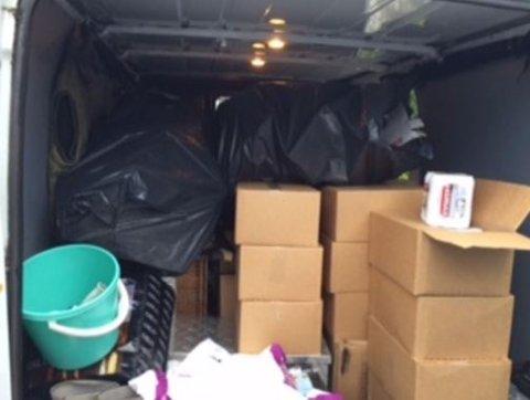 FULLT: Politiets bilde av bagasjerommet til bilen de kontrollerte.