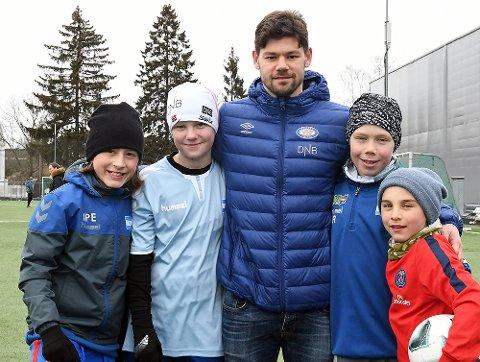 FORBILDE: Joachim, Oliver, Sivert og Stian takket ikke nei til et møte og bilde med Vålerenga-spiller Daniel Fredheim Holm da han besøkte «Niffen».