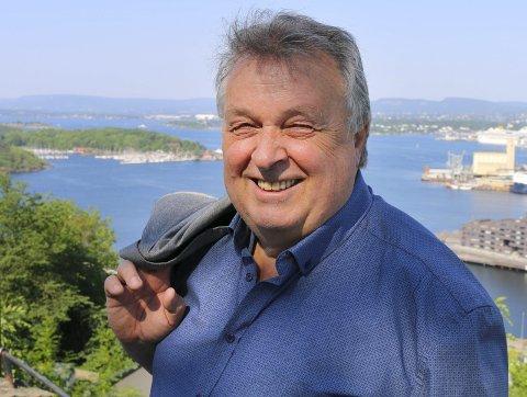 BOKAKTUELL: Den lokale forfatteren Salmund Kyvik har flere bokserier bak seg, som Inga Torfinnsdatter, Kapteinens datter og Mørketid. Denne uken ble hans nye serie Nattlys lansert. Foto: Privat
