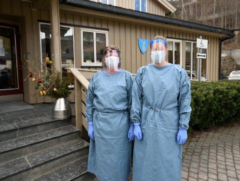 Gro Hege Lindsø og Ragnhild Odnes fikk prøve stellefrakkene. - De er komfortable.