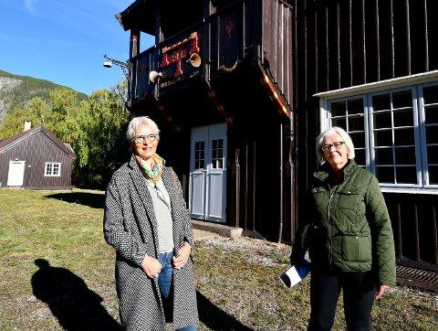 Ragnhild Hovengen og Ingrid Sørlie Dokken er stolte over Sel stasjon.