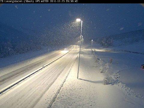 FULL VINTER: Slik var det i Lavangsdalen tidlig i formiddag. Foto: Statens vegvesen