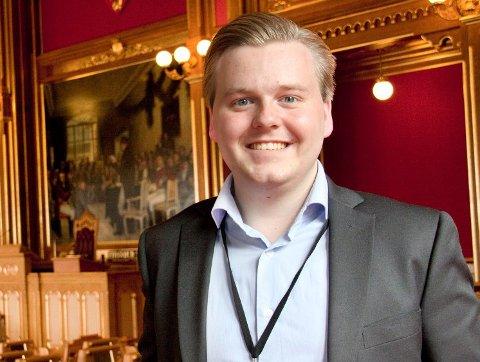 UTFORDRER: Han stiller spørsmål ved at Troms Ap sitter med aksjeposter i oppdrettsselskaper, samtidig som partiet har lederposisjoner i fylkesrådet som driver forvaltning i oppdrettssaker. - Det kan framstå som uryddig, mener Frps Kristian Eilertsen.