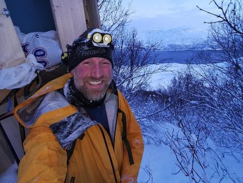 KOM SEG LØS: Dette bildet tok Audun Rikardsen av seg selv etter å ha ligget fast i snøen i rundt ti minutter.