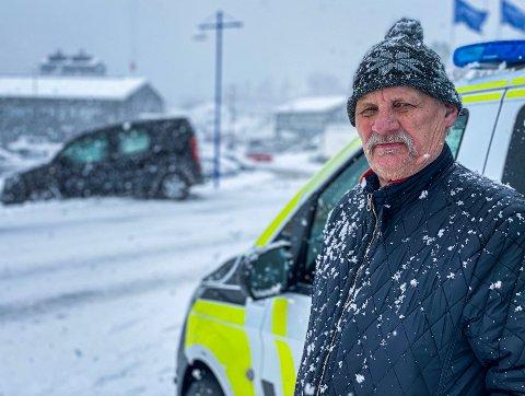 GIKK GALT: Birger Berglands bil endte opp i grøfta fredag formiddag. I bakgrunnen kan man se bilen i snøskavlen.