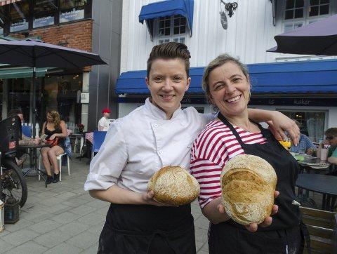 Takker for seg: Ferske brød er  av bestselgerne, men driften ble for slitsom for Siv-Gøril Romsdal (til venstre) og Rafaela Kristiansen på Cafe Sjarm. Foto: Kari Kløvstad