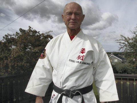 1 Kampklar: Sensei Terje Gunnerud er leder av Ski Judo og Ju-jitsu Klubb. Han har 6. dan sort belte i judo, og for femti år siden i høst, var han med og stiftet Norges Judoforbund.